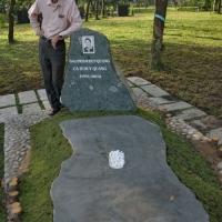 Duy Cường thăm mộ Duy Quang
