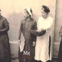 Năm có nạn đói, Mẹ đi phát chẩn gạo...