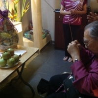 Giáo sư Trần Văn Khê  thắp hương nhân giỗ đầu của nhạc sĩ Phạm Duy